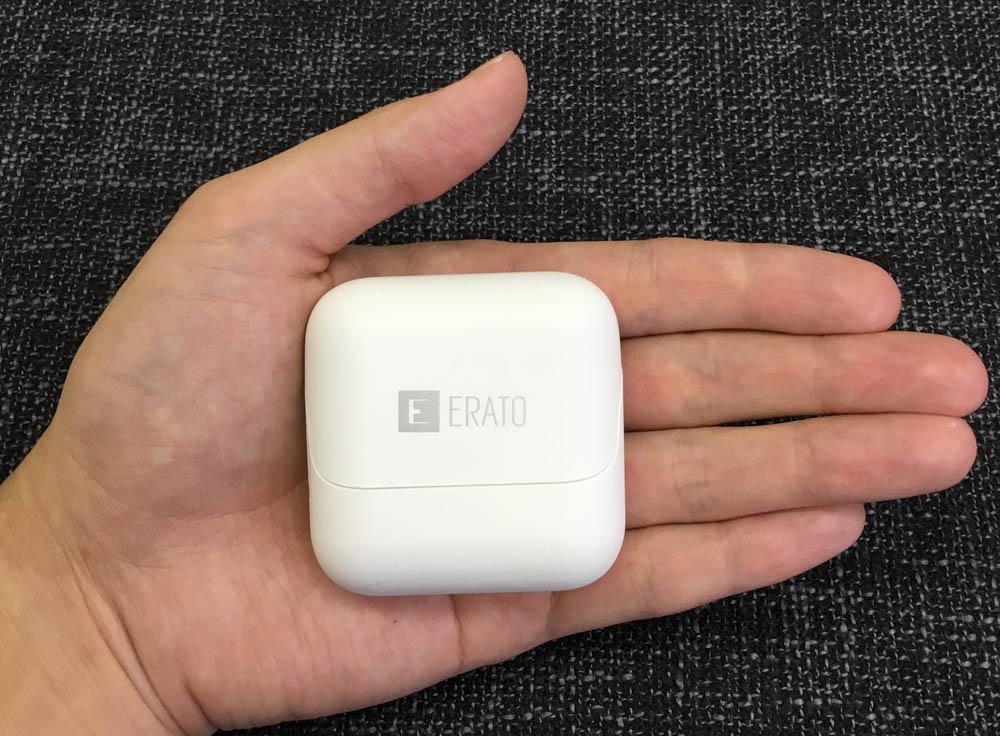 手のひらに収まる充電ケースのサイズ感